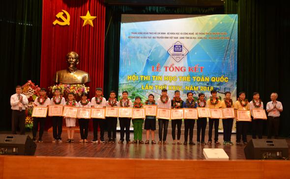 """Ban tổ chức trao Bằng khen cho các thí sinh đạt giải Nhì các bảng A, B, C, D hội thi """"Tin học trẻ"""" toàn quốc năm 2018."""